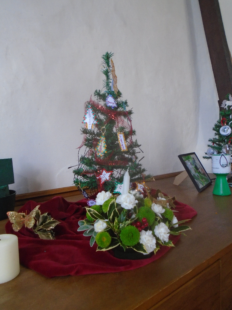 Christmas Flowers Willersey Church 2019 19
